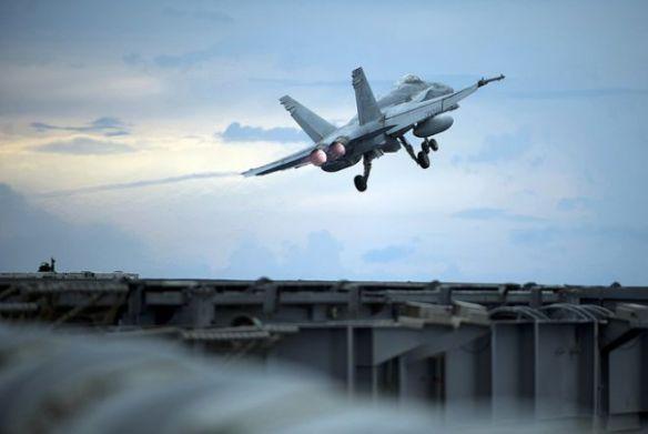 Απογείωση F-18C Hornet από το αεροπλανοφόρο CVN-70 USS Carl Vinson, κλάσεως Nimitz