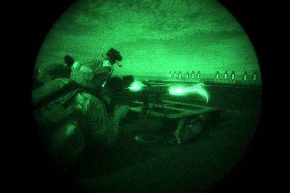 Ο Δεκαννέας Richard Hardeman κάνοντας νυχτερινή βολή με M249 SAW.