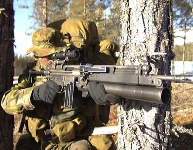 Νορβηγός Στρατιώτης εφοδιασμένος με G3 A4 με προσαρμοσμένο Hk 79