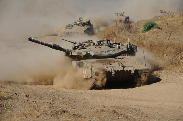 Άρμα μάχης Merkava Mk V του 13ου Τάγματος της Ταξιαρχίας Γκολάν κατά τη διάρκεια άσκησης με ΤΟΜΑ Namer. (Φωτ: IDF)