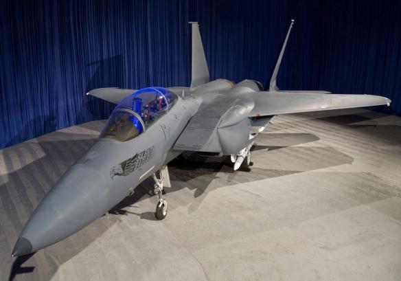 Στατική έκθεση του F15 Silent Eagle με εμφανή τις κεκλιμένες πτέρυγες και τους σύμμορφους σταθμούς οπλισμού.