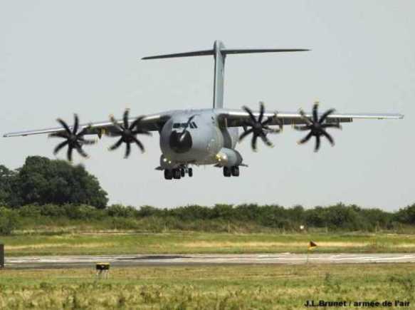 Α400Μ κατά τη διαδικασία προσγείωσης στο αεροδρόμιο Orleans-Bricy