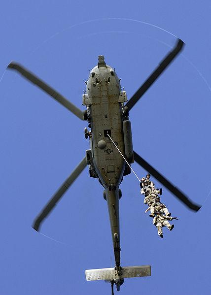 Η συλλογή SPIE κατά τη μεταφορά 4 μελούς στοιχείου ομάδας πυροτεχνουργών από ελικόπτερο HH-60H Seahawk