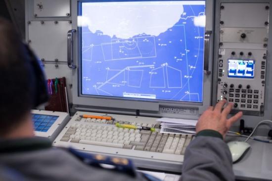 Ο υψηλός βαθμός αυτοματοποίησης και οι 10 σταθμοί εργασίας επιτρέπουν τον καλύτερο συντονισμό των αεροπορικών επιχειρήσεων
