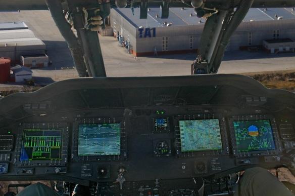Μέσα στο πιλοτήριο ενός ελικοπτέρου S 70 Bat κατάλληλο για αποστολές Ειδικών Επιχειρήσεων