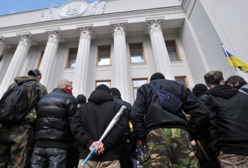 Σχεδόν 1000 Υποστηρικτές του Δεξιού Τομέα πολιορκούν την Ουκρανική Βουλή