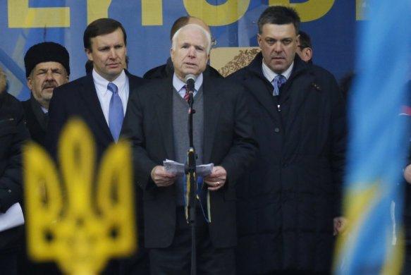"""Ο αμερικανός γερουσιαστής John McCain σε ένα """"επαγγελματικό"""" ταξίδι στην Ουκρανία"""