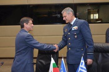 Ο Διοικητής Αεροπορικών Δυνάμεων  της Βουλγαρίας Konstantin Popof υπογράφει μαζί με τον Α/ΓΕΑ Ευάγγελο Τουρνά την συμφωνία συνεργασίας