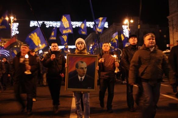 Οπαδοί του ακροδεξιού κόμματος Svoboda (σημαία με τα 3 κίτρινα δάχτυλα) μαζί με οπαδούς του  UPA (κοκκινη-μαυρη σημαία) σε πορεία μνήμης του ναζιστή Bandera