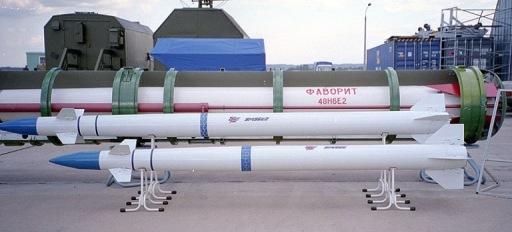 Συγκριτική παρουσίαση μεγέθους των πυραύλων 9M96E/E2 σε σχέση με τον κλασικό πύραυλο 48Ν6Ε2 του συστήματος S-300 PMU-2 Favorit.
